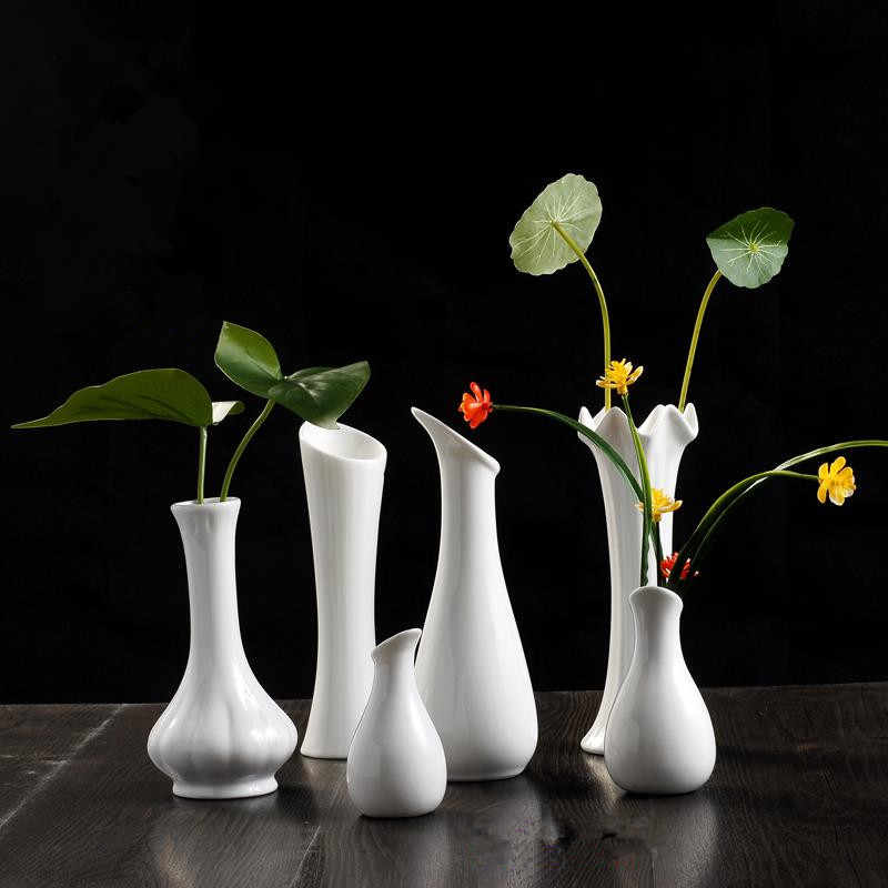 Décoration intérieure avec des vases blancs