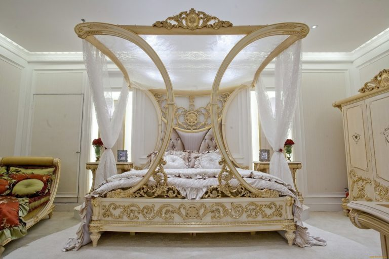 Luxury canopy bed: an attractive element of the bedroom interior