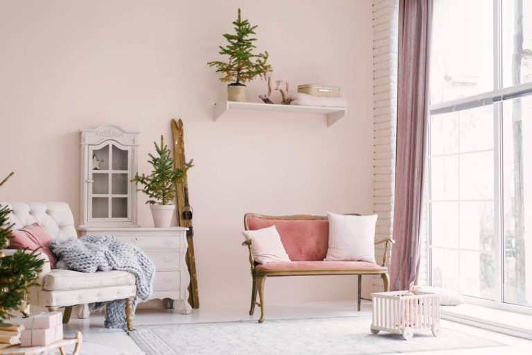 The colorful luxury of a shabby chic interior: trends 2021