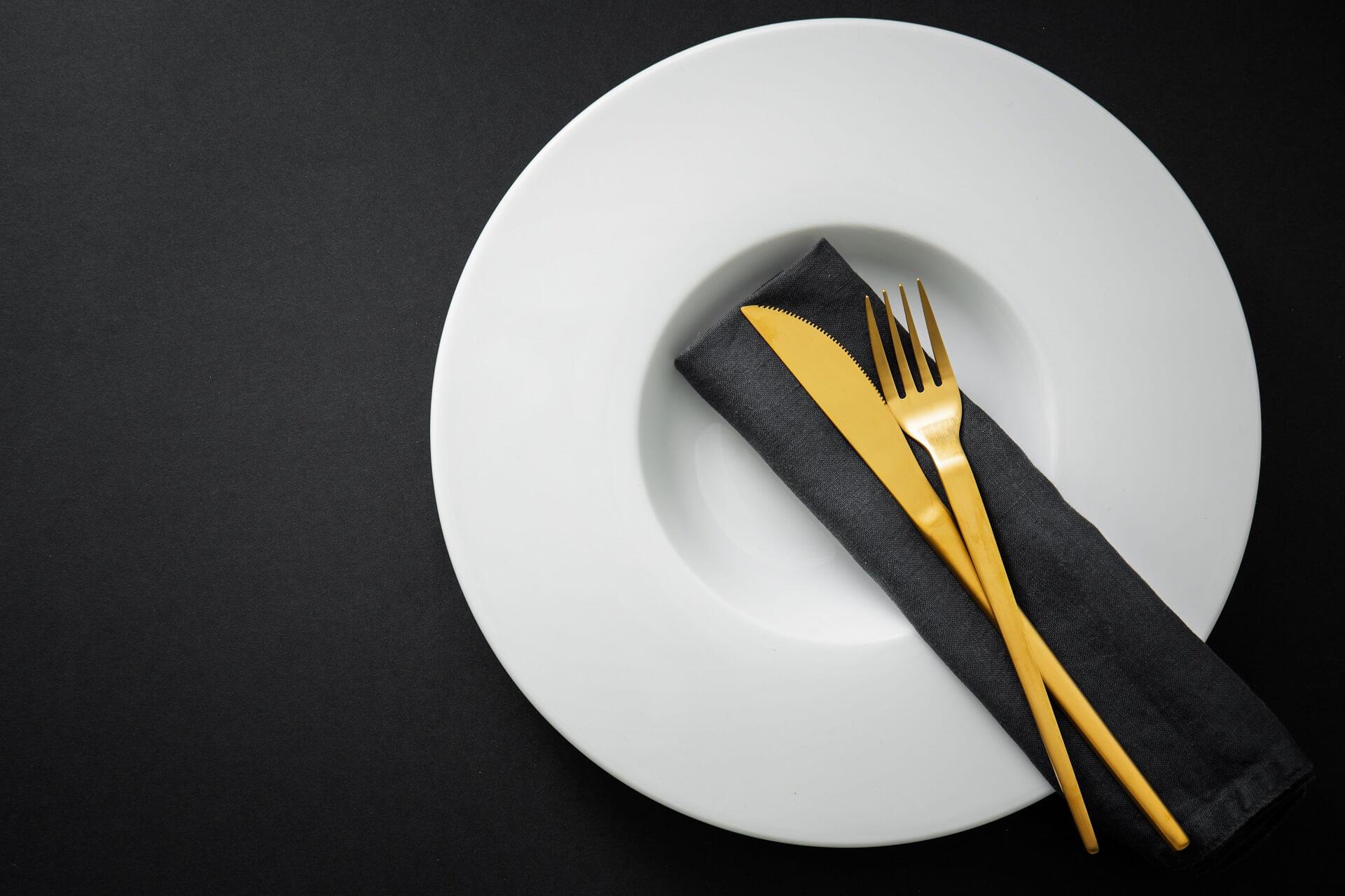 Piatti e posate di tendenza 2021: stoviglie per cenare con stile