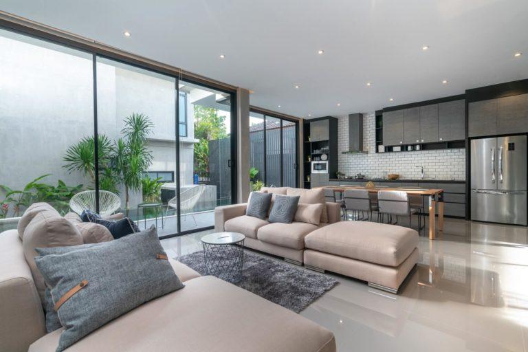 Plafond moderne salon: types, couleurs et autres idées déco 2021
