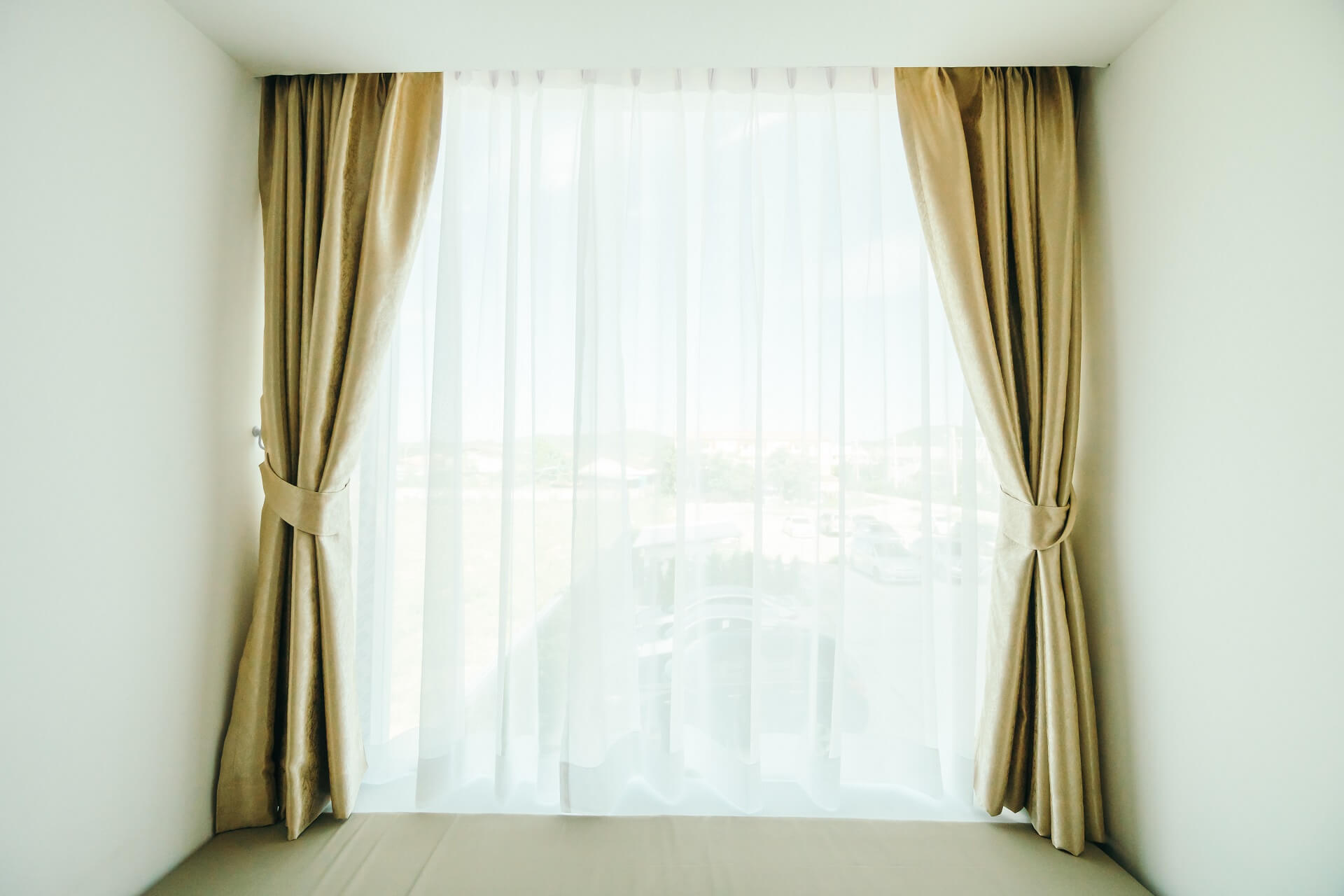 What curtains go well with white walls?