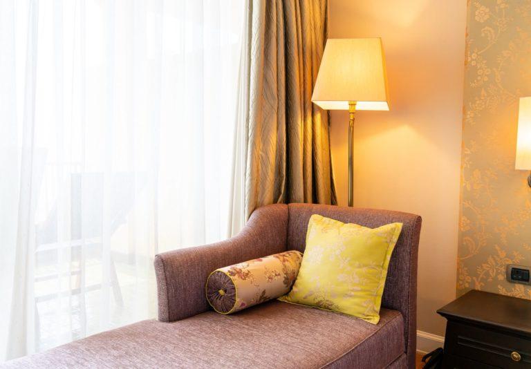 Какие шторы хорошо сочетаются с желтыми стенами (обоями)?