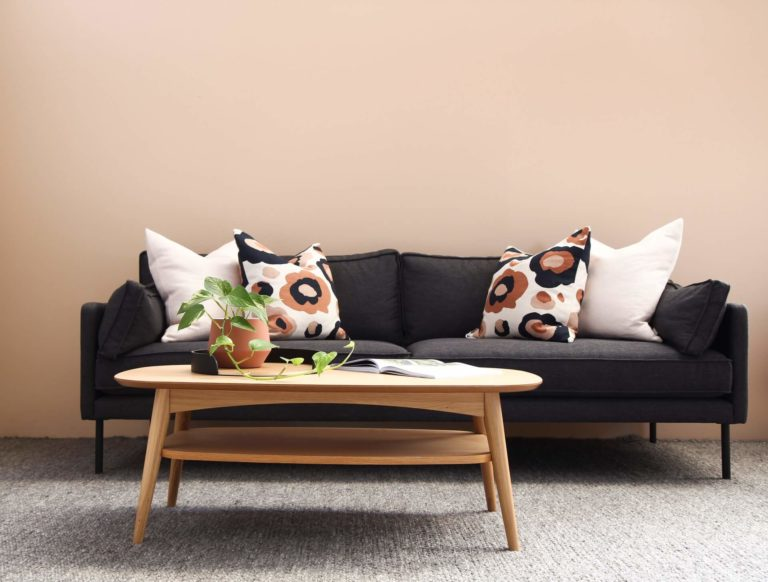 How to properly arrange throw pillows on a couch
