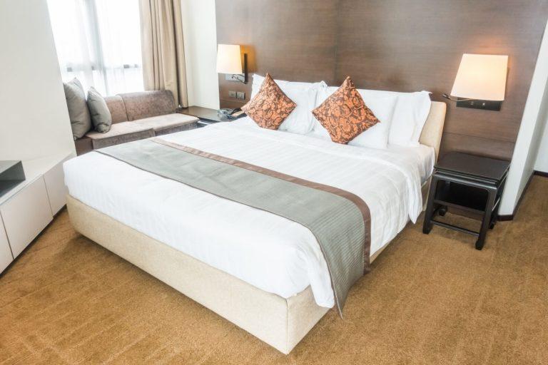 Как расставить подушки на двуспальной кровати размера king-size и queen-size