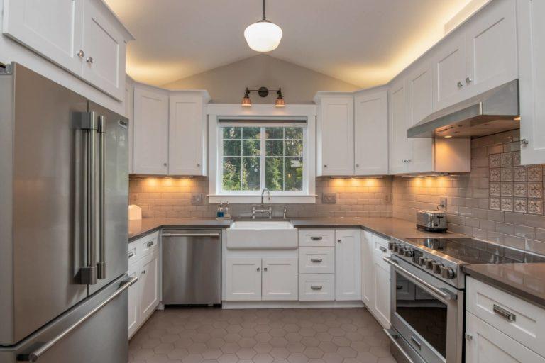 Above kitchen cabinet decor: 9 ideas + helpful tips