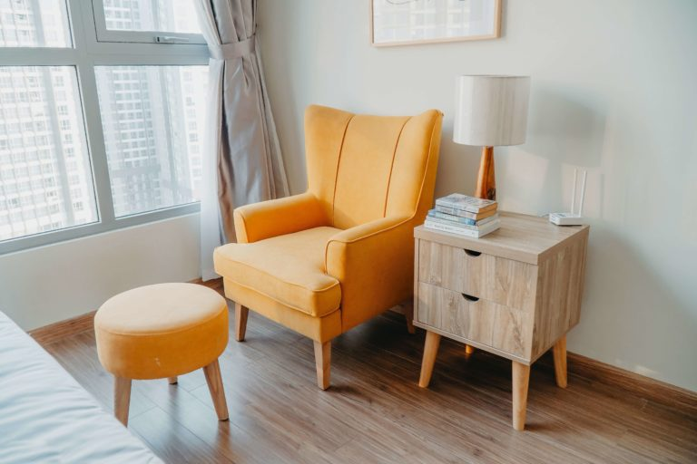 How to choose a comfortable reading chair: main features and useful tips to meet your expectations