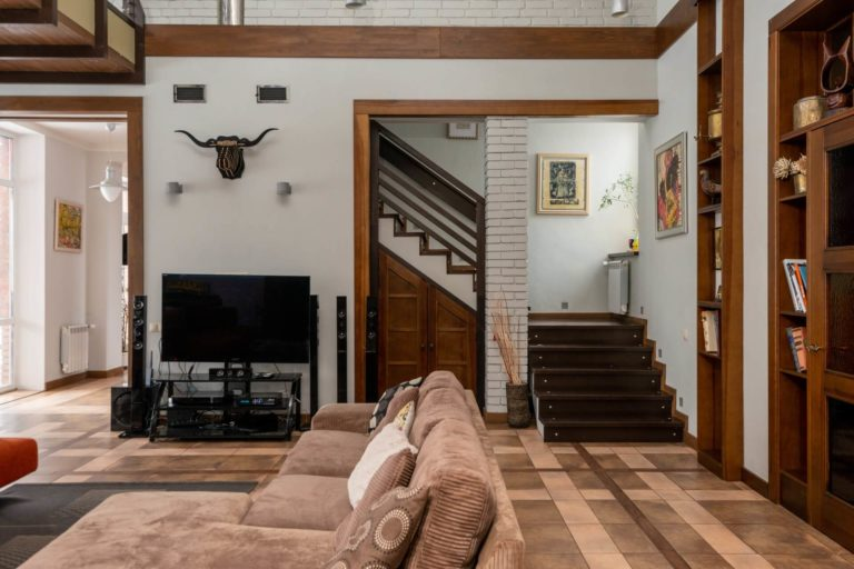 Above TV decor: traditional solutions + modern ideas